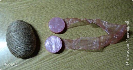 Увидела в магазине для рукоделия половинки яиц из пенопласта, возникла идея сделать пасхальный венок в эко-стиле. Яичные заготовки обмотала шпагатом разного цвета и толщины, декор - тесьма, кружево. Основа для венка - круг из плотного картона, обмотка - бумажный пакет. Веточка вербы - готовая. В качестве дополнительного декора использовала маленькие шарики из ротанага и спилы дерева - все готовое, приобрела также в магазине для рукоделия. фото 7