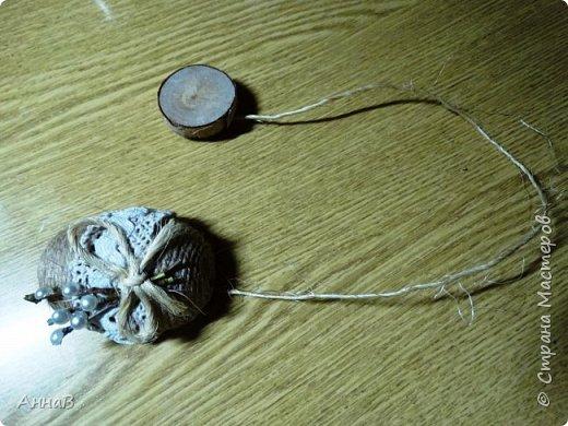 Увидела в магазине для рукоделия половинки яиц из пенопласта, возникла идея сделать пасхальный венок в эко-стиле. Яичные заготовки обмотала шпагатом разного цвета и толщины, декор - тесьма, кружево. Основа для венка - круг из плотного картона, обмотка - бумажный пакет. Веточка вербы - готовая. В качестве дополнительного декора использовала маленькие шарики из ротанага и спилы дерева - все готовое, приобрела также в магазине для рукоделия. фото 9