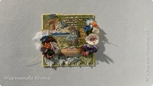 Открытка выполнена в технике  скрапбукинг. Многослойна, содержит в себе бумажные цветы,кружева, деревянный чипборд.  Основой открытки является бумага для пастели. Размер открытки составляет 15×15см. фото 1