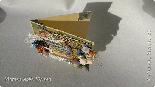 Открытка выполнена в технике  скрапбукинг. Многослойна, содержит в себе бумажные цветы,кружева, деревянный чипборд.  Основой открытки является бумага для пастели. Размер открытки составляет 15×15см. фото 2