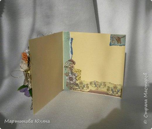 Открытка выполнена в технике  скрапбукинг. Многослойна, содержит в себе бумажные цветы,кружева, деревянный чипборд.  Основой открытки является бумага для пастели. Размер открытки составляет 15×15см. фото 3