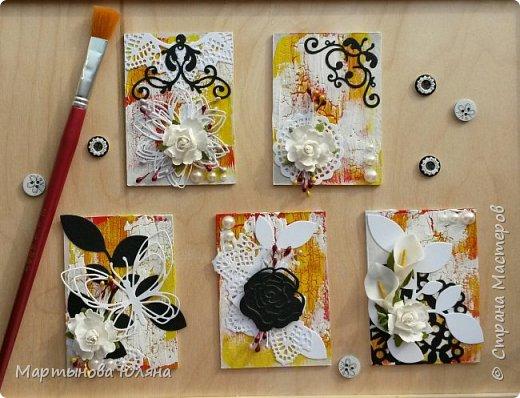 Всем доброго времени суток! Представляю Вашему вниманию серию из пяти карточек. Обмен приветствуется! Основа- переплетный картон. Покрыты акриловой краской трех цветов: белый, красный, желтый, белый. Каждый слой краски покрыт кракелюрным лаком. Что создает эффект трещин. В виде декора использованы вырубные салфетки, листья и вензеля. А так же бумажные цветы и полубусины с тычинками.  фото 1