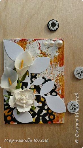 Всем доброго времени суток! Представляю Вашему вниманию серию из пяти карточек. Обмен приветствуется! Основа- переплетный картон. Покрыты акриловой краской трех цветов: белый, красный, желтый, белый. Каждый слой краски покрыт кракелюрным лаком. Что создает эффект трещин. В виде декора использованы вырубные салфетки, листья и вензеля. А так же бумажные цветы и полубусины с тычинками.  фото 6