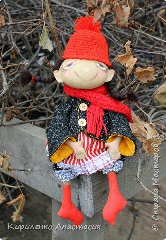 Добрый день! Очень люблю смотреть МК Анастасии Голеневой. По очередному ее МК сшита куколка. Кукла сшита из бязи, тонирована кофейным раствором.Запах слабый ненавязчивый. Нравятся кофейные игрушки. Какие-то они теплые, домашние, уютные получаются. фото 2