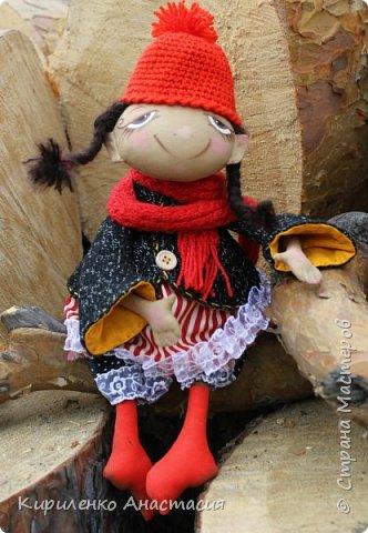 Добрый день! Очень люблю смотреть МК Анастасии Голеневой. По очередному ее МК сшита куколка. Кукла сшита из бязи, тонирована кофейным раствором.Запах слабый ненавязчивый. Нравятся кофейные игрушки. Какие-то они теплые, домашние, уютные получаются. фото 1