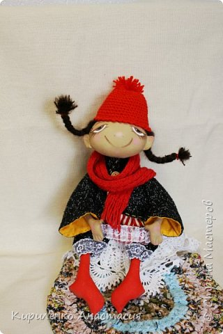 Добрый день! Очень люблю смотреть МК Анастасии Голеневой. По очередному ее МК сшита куколка. Кукла сшита из бязи, тонирована кофейным раствором.Запах слабый ненавязчивый. Нравятся кофейные игрушки. Какие-то они теплые, домашние, уютные получаются. фото 3