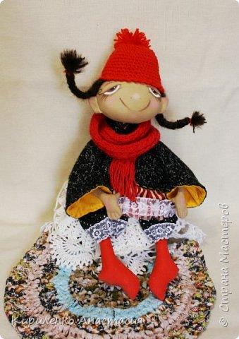 Добрый день! Очень люблю смотреть МК Анастасии Голеневой. По очередному ее МК сшита куколка. Кукла сшита из бязи, тонирована кофейным раствором.Запах слабый ненавязчивый. Нравятся кофейные игрушки. Какие-то они теплые, домашние, уютные получаются. фото 4
