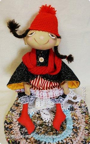 Добрый день! Очень люблю смотреть МК Анастасии Голеневой. По очередному ее МК сшита куколка. Кукла сшита из бязи, тонирована кофейным раствором.Запах слабый ненавязчивый. Нравятся кофейные игрушки. Какие-то они теплые, домашние, уютные получаются. фото 5