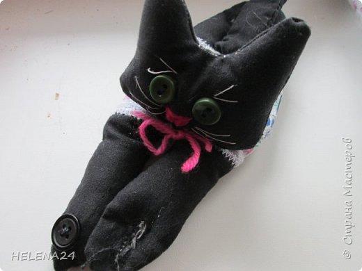 Сегодня я к вам с простенькой пошивушкой ,вернее 3.это котятки.А почему компьютерные?Да на одном иностранном сайте попался вот такой кот,название заинтересовало,мышь компьютерную знаю.а вот с котом не знакома......Оказалось хитрые японцы предлагают одевать такие игрушки-подушки как браслеты на руку.когда сидишь долго за клавиатурой,чтобы руки не уставали.И там было фото девочки с котиком на руке.....и его увидел мой любимый дитёнок....сразу бабушка мне сошьёшь?!Конечно сшила и сразу трёх....Вот первый на руке у Кати,застёжка на пуговки фото 3