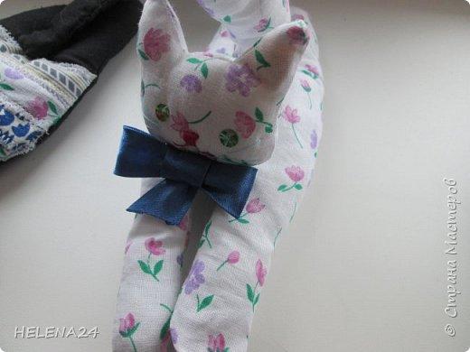 Сегодня я к вам с простенькой пошивушкой ,вернее 3.это котятки.А почему компьютерные?Да на одном иностранном сайте попался вот такой кот,название заинтересовало,мышь компьютерную знаю.а вот с котом не знакома......Оказалось хитрые японцы предлагают одевать такие игрушки-подушки как браслеты на руку.когда сидишь долго за клавиатурой,чтобы руки не уставали.И там было фото девочки с котиком на руке.....и его увидел мой любимый дитёнок....сразу бабушка мне сошьёшь?!Конечно сшила и сразу трёх....Вот первый на руке у Кати,застёжка на пуговки фото 4