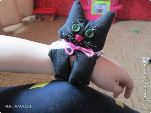Сегодня я к вам с простенькой пошивушкой ,вернее 3.это котятки.А почему компьютерные?Да на одном иностранном сайте попался вот такой кот,название заинтересовало,мышь компьютерную знаю.а вот с котом не знакома......Оказалось хитрые японцы предлагают одевать такие игрушки-подушки как браслеты на руку.когда сидишь долго за клавиатурой,чтобы руки не уставали.И там было фото девочки с котиком на руке.....и его увидел мой любимый дитёнок....сразу бабушка мне сошьёшь?!Конечно сшила и сразу трёх....Вот первый на руке у Кати,застёжка на пуговки фото 1