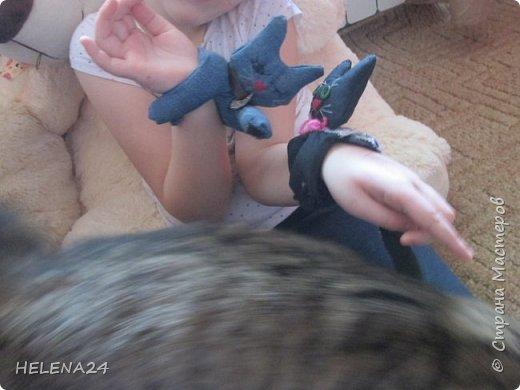 Сегодня я к вам с простенькой пошивушкой ,вернее 3.это котятки.А почему компьютерные?Да на одном иностранном сайте попался вот такой кот,название заинтересовало,мышь компьютерную знаю.а вот с котом не знакома......Оказалось хитрые японцы предлагают одевать такие игрушки-подушки как браслеты на руку.когда сидишь долго за клавиатурой,чтобы руки не уставали.И там было фото девочки с котиком на руке.....и его увидел мой любимый дитёнок....сразу бабушка мне сошьёшь?!Конечно сшила и сразу трёх....Вот первый на руке у Кати,застёжка на пуговки фото 12