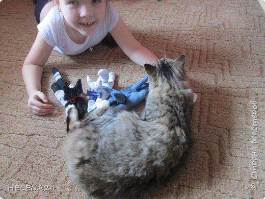 Сегодня я к вам с простенькой пошивушкой ,вернее 3.это котятки.А почему компьютерные?Да на одном иностранном сайте попался вот такой кот,название заинтересовало,мышь компьютерную знаю.а вот с котом не знакома......Оказалось хитрые японцы предлагают одевать такие игрушки-подушки как браслеты на руку.когда сидишь долго за клавиатурой,чтобы руки не уставали.И там было фото девочки с котиком на руке.....и его увидел мой любимый дитёнок....сразу бабушка мне сошьёшь?!Конечно сшила и сразу трёх....Вот первый на руке у Кати,застёжка на пуговки фото 16