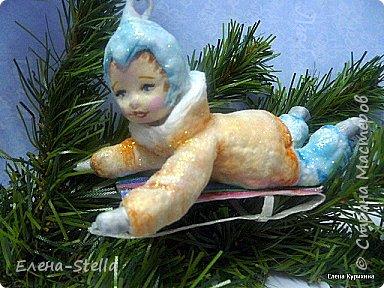 Мальчик на саночках - вата - в длину около 11 см Любимая зимняя забава детворы. Акварель и блестки. Техника сухой ваты и клестер.  Санки - вата и ПВА - 8 см. фото 5