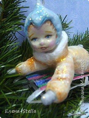 Мальчик на саночках - вата - в длину около 11 см Любимая зимняя забава детворы. Акварель и блестки. Техника сухой ваты и клестер.  Санки - вата и ПВА - 8 см. фото 3