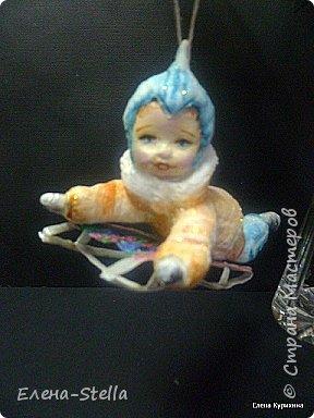Мальчик на саночках - вата - в длину около 11 см Любимая зимняя забава детворы. Акварель и блестки. Техника сухой ваты и клестер.  Санки - вата и ПВА - 8 см. фото 2
