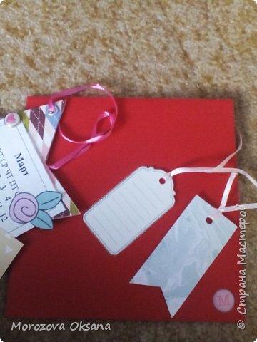 Добрый вечер! Сегодня делюсь открытками... Как это всегда бывает - неожиданно вечером вспомнила что у двух коллег завтра день рождение. Надо что то делать.... А почему бы и не открытки? Красное - это конверт (, внизу справа наклейка буква Н и на другом конверте М - искра коллег) Картон - за основу- любой картон от коробки конфет, коробка от сушилка завтраков, обложка от календаря и т.д. Обклеила с двух сторон бумагой. Распечатано на обычной бумаге месяц (как будто это отрывной календарь) обвела маркером даты дня рождения. Украсила остатками скрап бумаги цветами, вырезками. Украшения только с одной стороны. Люверсы и ленточки (вдруг захотят повесить куда нибудь) Итог - размер примерно 10х10  Все рады)) фото 3