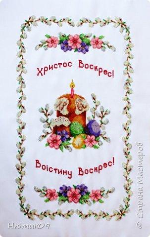 Пасха — главный христианский праздник. Помимо духовной подготовки люди готовятся и на бытовом уровне. Вышивка пасхального рушника – очень давняя традиция. Этими рушниками накрывали корзины, в которые клали свечи, куличи, писанки и другие пасхальные угощения, чтобы идти с ними в церковь на освящение. Украшали нарядными рушниками дом и праздничный стол. В областях Украины вышивают рушники по-своему. фото 1