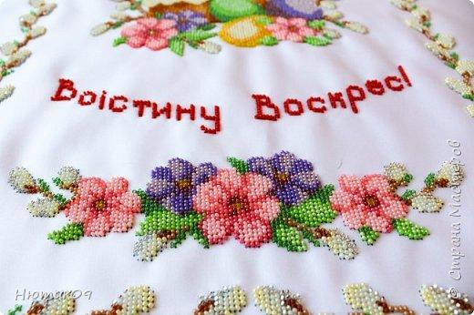 Пасха — главный христианский праздник. Помимо духовной подготовки люди готовятся и на бытовом уровне. Вышивка пасхального рушника – очень давняя традиция. Этими рушниками накрывали корзины, в которые клали свечи, куличи, писанки и другие пасхальные угощения, чтобы идти с ними в церковь на освящение. Украшали нарядными рушниками дом и праздничный стол. В областях Украины вышивают рушники по-своему. фото 3