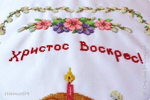 Пасха — главный христианский праздник. Помимо духовной подготовки люди готовятся и на бытовом уровне. Вышивка пасхального рушника – очень давняя традиция. Этими рушниками накрывали корзины, в которые клали свечи, куличи, писанки и другие пасхальные угощения, чтобы идти с ними в церковь на освящение. Украшали нарядными рушниками дом и праздничный стол. В областях Украины вышивают рушники по-своему. фото 2