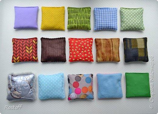 Доброе утро, Страна!  Вот моя новая работа - парные сенсорные/тактильные мешочки. Идея стара, но для исполнения требовалось, чтобы это заказали)  Эти наборы для детских центров (развивающего и коррекционного). 15 разноцветных мешочков из различных по фактуре тканей и с разными наполнителями и 15 мешочков из однотонной ткани с теми же самыми наполнителями. фото 7