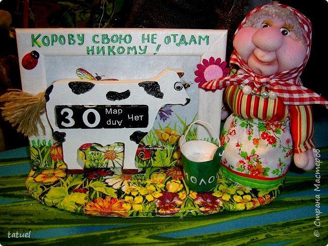 Ночь! А мои новые бабулечки не спят, показаться Стране хотят! На эту работу меня натолкнул вечный календарь в виде коровы из Фикс прайса. Корову подкрасила, приклеила глаз и всю ее закрепила в рамку. Сделала подставку-лужайку. Ну и конечно саму бабулю- хозяйку Буренки. фото 3