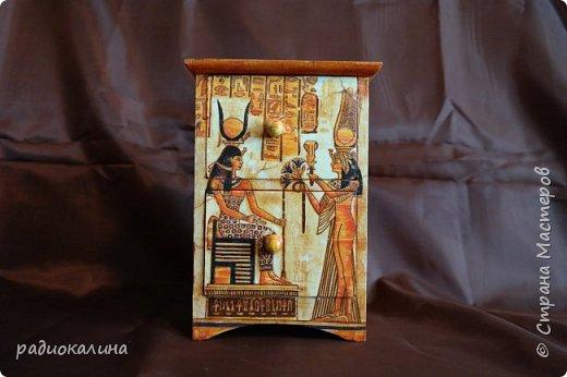 Добрый день, друзья! Сделала такой маленький комодик для женских украшений, а декорировала его салфеткой с египетскими мотивами . Салфетка часто используется мастерицами нашей Страны и мне она давно уже понравилась, но я все не могла придумать куда ее приспособить и вот настал случай. Это перед комода. Салфетка наклеена сплошь, а не кусочками и поэтому, как мне показалось , получилось неплохо. фото 1
