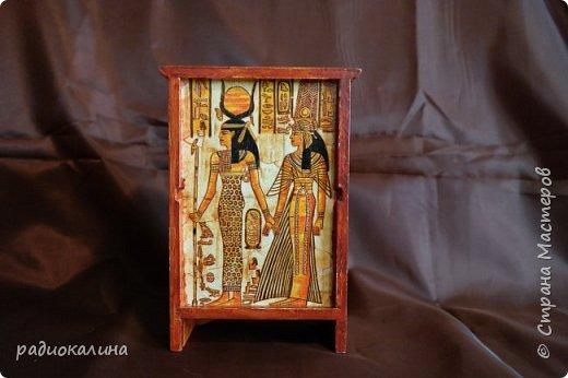 Добрый день, друзья! Сделала такой маленький комодик для женских украшений, а декорировала его салфеткой с египетскими мотивами . Салфетка часто используется мастерицами нашей Страны и мне она давно уже понравилась, но я все не могла придумать куда ее приспособить и вот настал случай. Это перед комода. Салфетка наклеена сплошь, а не кусочками и поэтому, как мне показалось , получилось неплохо. фото 5
