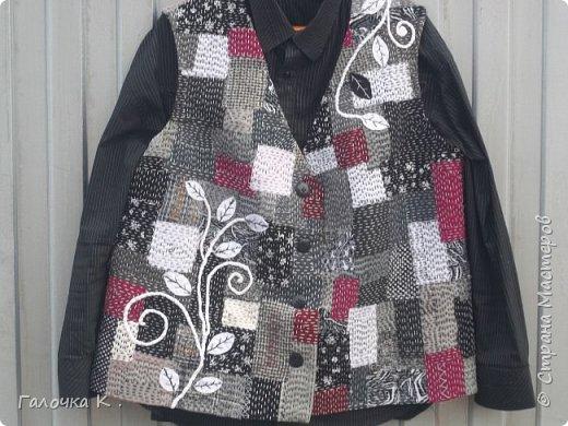 """Полюбилась мне техника японская """"боро"""" и захотелось пошить себе новый жилетик . Собран он из лоскутиков в чёрно-белых тонах, кое -где разбавлен яркими пятнами бордо, что бы не было скучновато. Такую вещь можно носить с чёрной, белой и красной рубашками. Хотя я с осторожностью отношусь к красному цвету.Шилась жилетка легко, потому что было интересно поскорей увидеть результаты своего труда. фото 1"""