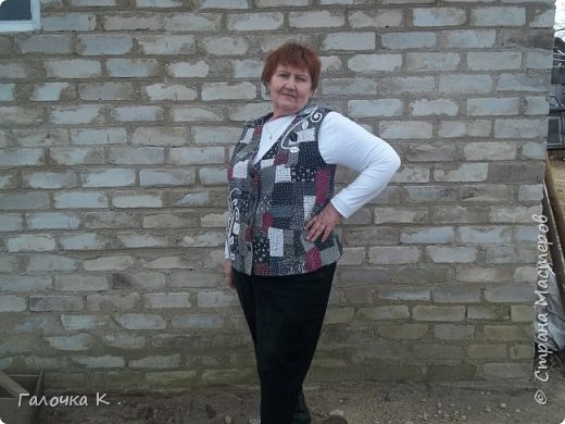 """Полюбилась мне техника японская """"боро"""" и захотелось пошить себе новый жилетик . Собран он из лоскутиков в чёрно-белых тонах, кое -где разбавлен яркими пятнами бордо, что бы не было скучновато. Такую вещь можно носить с чёрной, белой и красной рубашками. Хотя я с осторожностью отношусь к красному цвету.Шилась жилетка легко, потому что было интересно поскорей увидеть результаты своего труда. фото 3"""