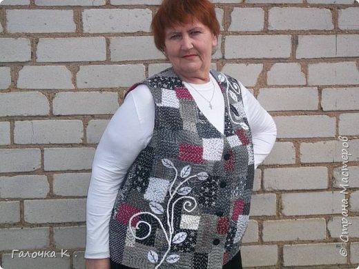 """Полюбилась мне техника японская """"боро"""" и захотелось пошить себе новый жилетик . Собран он из лоскутиков в чёрно-белых тонах, кое -где разбавлен яркими пятнами бордо, что бы не было скучновато. Такую вещь можно носить с чёрной, белой и красной рубашками. Хотя я с осторожностью отношусь к красному цвету.Шилась жилетка легко, потому что было интересно поскорей увидеть результаты своего труда. фото 2"""