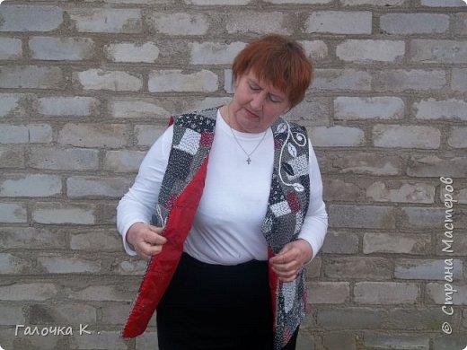 """Полюбилась мне техника японская """"боро"""" и захотелось пошить себе новый жилетик . Собран он из лоскутиков в чёрно-белых тонах, кое -где разбавлен яркими пятнами бордо, что бы не было скучновато. Такую вещь можно носить с чёрной, белой и красной рубашками. Хотя я с осторожностью отношусь к красному цвету.Шилась жилетка легко, потому что было интересно поскорей увидеть результаты своего труда. фото 4"""