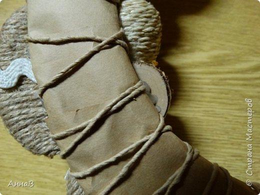 Увидела в магазине для рукоделия половинки яиц из пенопласта, возникла идея сделать пасхальный венок в эко-стиле. Яичные заготовки обмотала шпагатом разного цвета и толщины, декор - тесьма, кружево. Основа для венка - круг из плотного картона, обмотка - бумажный пакет. Веточка вербы - готовая. В качестве дополнительного декора использовала маленькие шарики из ротанага и спилы дерева - все готовое, приобрела также в магазине для рукоделия. фото 13