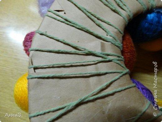 Увидела в магазине для рукоделия половинки яиц из пенопласта, возникла идея сделать пасхальный венок в эко-стиле. Яичные заготовки обмотала шпагатом разного цвета и толщины, декор - тесьма, кружево. Основа для венка - круг из плотного картона, обмотка - бумажный пакет. Веточка вербы - готовая. В качестве дополнительного декора использовала маленькие шарики из ротанага и спилы дерева - все готовое, приобрела также в магазине для рукоделия. фото 15