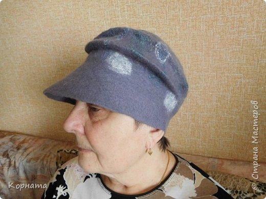 Доброго времени суток, дорогие друзья! Сегодня я с дебютом, решила попробовать валять шляпки.Валяла по видео МК Кати Ветровой. Первую сваляла для своей сватьи в подарок на ДР. Валяла по выкройке французского берета, но т.к. она береты вообще не любит, уваляла до шляпки.Для справки - каждая шляпка весит 60гр.На голове их совершенно не ощущаешь, а для меня это очень ценно, потому что не люблю давления на голову, из-за этого редко ношу головные уборы. фото 10