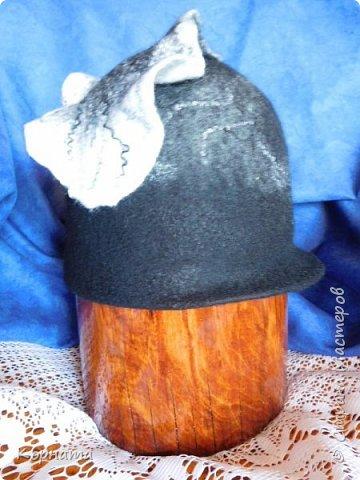 Доброго времени суток, дорогие друзья! Сегодня я с дебютом, решила попробовать валять шляпки.Валяла по видео МК Кати Ветровой. Первую сваляла для своей сватьи в подарок на ДР. Валяла по выкройке французского берета, но т.к. она береты вообще не любит, уваляла до шляпки.Для справки - каждая шляпка весит 60гр.На голове их совершенно не ощущаешь, а для меня это очень ценно, потому что не люблю давления на голову, из-за этого редко ношу головные уборы. фото 21