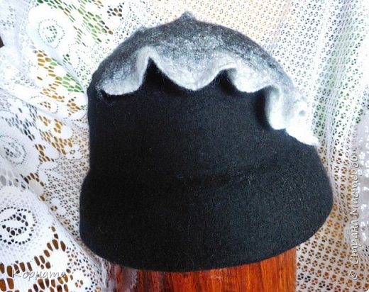 Доброго времени суток, дорогие друзья! Сегодня я с дебютом, решила попробовать валять шляпки.Валяла по видео МК Кати Ветровой. Первую сваляла для своей сватьи в подарок на ДР. Валяла по выкройке французского берета, но т.к. она береты вообще не любит, уваляла до шляпки.Для справки - каждая шляпка весит 60гр.На голове их совершенно не ощущаешь, а для меня это очень ценно, потому что не люблю давления на голову, из-за этого редко ношу головные уборы. фото 15