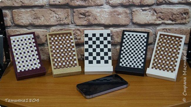 Подставки для мобильных телефонов сделаны из пластика ПВХ, обтянуты искусственной кожей в разных вариациях. фото 1