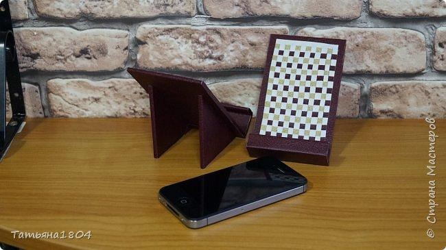 Подставки для мобильных телефонов сделаны из пластика ПВХ, обтянуты искусственной кожей в разных вариациях. фото 6