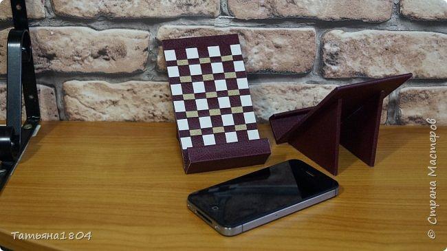 Подставки для мобильных телефонов сделаны из пластика ПВХ, обтянуты искусственной кожей в разных вариациях. фото 7