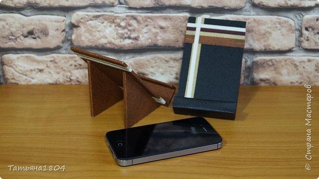 Подставки для мобильных телефонов сделаны из пластика ПВХ, обтянуты искусственной кожей в разных вариациях. фото 10