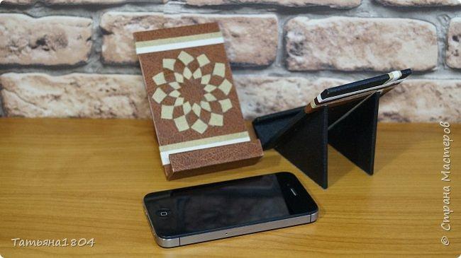 Подставки для мобильных телефонов сделаны из пластика ПВХ, обтянуты искусственной кожей в разных вариациях. фото 11