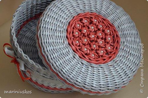 Всем, Привет! Очень нравяться цветы сакуры, давно хотела сделать их на крышке. Вот результат! Бумага газетная А4 на 3 части, спица 1,2, ВМ эбеновое дерево, красный колор, патина, ленты, бусины. МК нет, цветы делала по видео Натальи Сорокиной, узор на шкатулке - веревочка в 2 трубочки. Всем удачи!!! фото 5