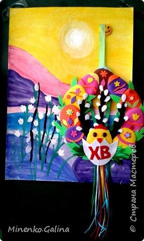 Такого пушистого цыплёночка с пасхальным яйцом  сделали Таня Хлебникова (9 лет) и Авдеева Валерия (8 лет). Использовали шерсть для валяния и тонкую пряжу салатного цвета для дерева, но на фото она выглядит серой. фото 3