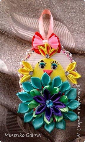 Такого пушистого цыплёночка с пасхальным яйцом  сделали Таня Хлебникова (9 лет) и Авдеева Валерия (8 лет). Использовали шерсть для валяния и тонкую пряжу салатного цвета для дерева, но на фото она выглядит серой. фото 2