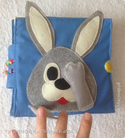 Моя первая развивающая книжка в подарок 2-х летнему племяннику. Обложка: Заяц из фетра. Лапками закрывает глаза (в лапах и глазах вшиты магнитики) фото 3