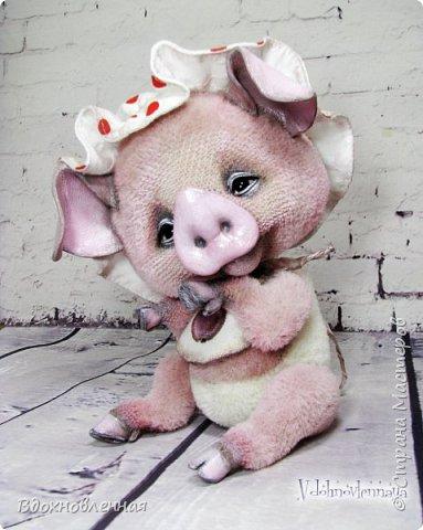 Я очень рада представить Вам мое новое творение - поросеночка по имени крошечка Хаврошечка)) Она такая милая, такая живая и подвижная, что я получаю море удовольствия от общения с этим сладким ребенком!!! Обожаю ее!!! В этой маленькой хрюшке есть и новшества: кожаный пятачок, кожаные копытца, и ушки так же, из кожи с проволочным каркасом. Но пожалуй, самое сложное - это копытца. Каждое копытце сделано из тонкой кожи. Учитывая размеры поросеночка, работа над копытами была очень кропотливой. Слюнявчик и чепчик сшит из хлопковой ткани. Глазки стеклянные, и не смотря на размер глазок 6 мм, имеют веки из кожи и крошечные реснички. Хаврошечка довольно тяжеленькая, ее очень приятно держать в руках, хоть и сложно удержать, так как ребенок очень вертлявый))) Малышка сшита полностью вручную из альпаки с коротким ворсом. Головушка подвижная, благодаря соединению на двойном шплинте. Ножки крепятся на т-образных шплинтах. Тонировка акриловыми красками. фото 8