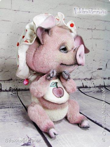 Я очень рада представить Вам мое новое творение - поросеночка по имени крошечка Хаврошечка)) Она такая милая, такая живая и подвижная, что я получаю море удовольствия от общения с этим сладким ребенком!!! Обожаю ее!!! В этой маленькой хрюшке есть и новшества: кожаный пятачок, кожаные копытца, и ушки так же, из кожи с проволочным каркасом. Но пожалуй, самое сложное - это копытца. Каждое копытце сделано из тонкой кожи. Учитывая размеры поросеночка, работа над копытами была очень кропотливой. Слюнявчик и чепчик сшит из хлопковой ткани. Глазки стеклянные, и не смотря на размер глазок 6 мм, имеют веки из кожи и крошечные реснички. Хаврошечка довольно тяжеленькая, ее очень приятно держать в руках, хоть и сложно удержать, так как ребенок очень вертлявый))) Малышка сшита полностью вручную из альпаки с коротким ворсом. Головушка подвижная, благодаря соединению на двойном шплинте. Ножки крепятся на т-образных шплинтах. Тонировка акриловыми красками. фото 9