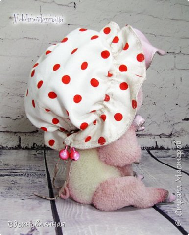 Я очень рада представить Вам мое новое творение - поросеночка по имени крошечка Хаврошечка)) Она такая милая, такая живая и подвижная, что я получаю море удовольствия от общения с этим сладким ребенком!!! Обожаю ее!!! В этой маленькой хрюшке есть и новшества: кожаный пятачок, кожаные копытца, и ушки так же, из кожи с проволочным каркасом. Но пожалуй, самое сложное - это копытца. Каждое копытце сделано из тонкой кожи. Учитывая размеры поросеночка, работа над копытами была очень кропотливой. Слюнявчик и чепчик сшит из хлопковой ткани. Глазки стеклянные, и не смотря на размер глазок 6 мм, имеют веки из кожи и крошечные реснички. Хаврошечка довольно тяжеленькая, ее очень приятно держать в руках, хоть и сложно удержать, так как ребенок очень вертлявый))) Малышка сшита полностью вручную из альпаки с коротким ворсом. Головушка подвижная, благодаря соединению на двойном шплинте. Ножки крепятся на т-образных шплинтах. Тонировка акриловыми красками. фото 10