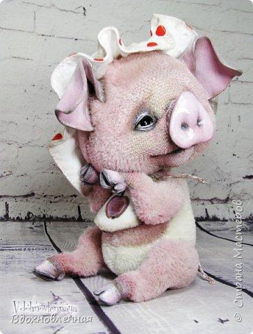 Я очень рада представить Вам мое новое творение - поросеночка по имени крошечка Хаврошечка)) Она такая милая, такая живая и подвижная, что я получаю море удовольствия от общения с этим сладким ребенком!!! Обожаю ее!!! В этой маленькой хрюшке есть и новшества: кожаный пятачок, кожаные копытца, и ушки так же, из кожи с проволочным каркасом. Но пожалуй, самое сложное - это копытца. Каждое копытце сделано из тонкой кожи. Учитывая размеры поросеночка, работа над копытами была очень кропотливой. Слюнявчик и чепчик сшит из хлопковой ткани. Глазки стеклянные, и не смотря на размер глазок 6 мм, имеют веки из кожи и крошечные реснички. Хаврошечка довольно тяжеленькая, ее очень приятно держать в руках, хоть и сложно удержать, так как ребенок очень вертлявый))) Малышка сшита полностью вручную из альпаки с коротким ворсом. Головушка подвижная, благодаря соединению на двойном шплинте. Ножки крепятся на т-образных шплинтах. Тонировка акриловыми красками. фото 12